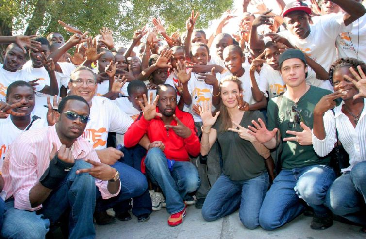 http://joliepittfan.files.wordpress.com/2010/01/brad_angelina_haiti.jpg